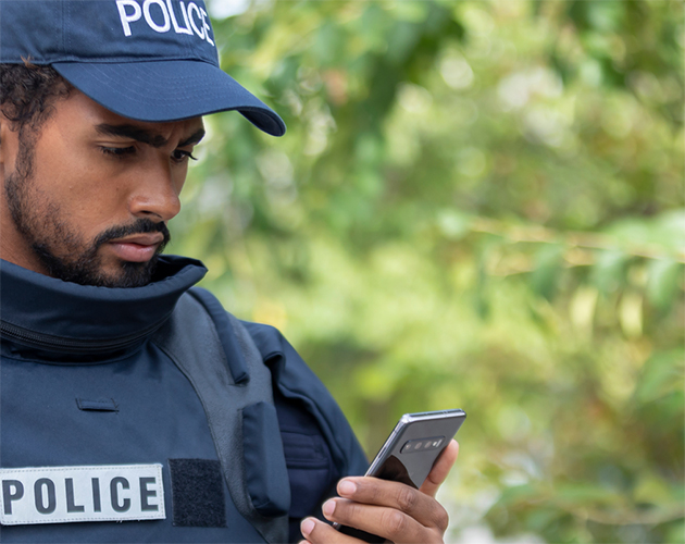 Police-holding-a-smartphone-630x500