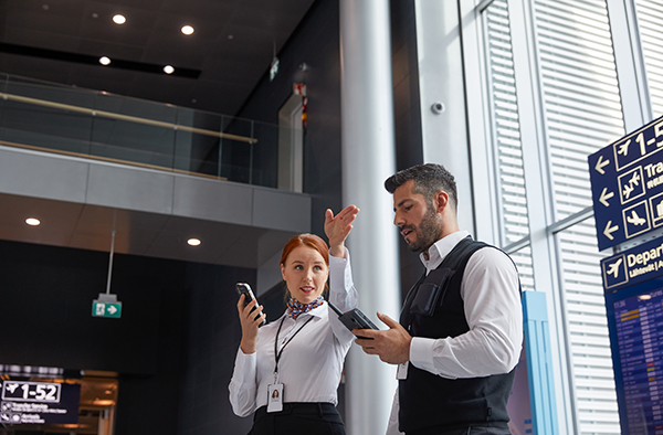 Airport-personnel-using-Tactilon-Dabat-and-smartphone_600x394