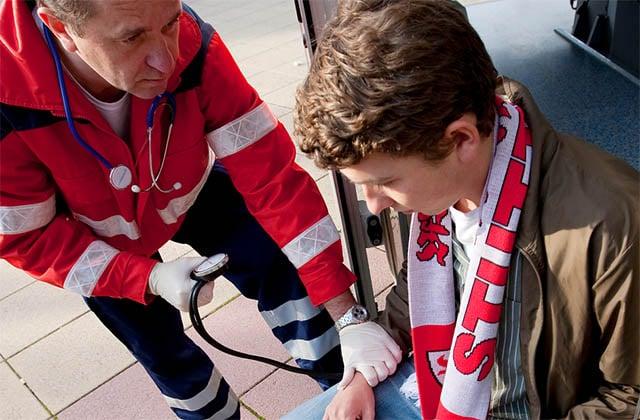 Paramedic-helps-a-football-fan-640x420
