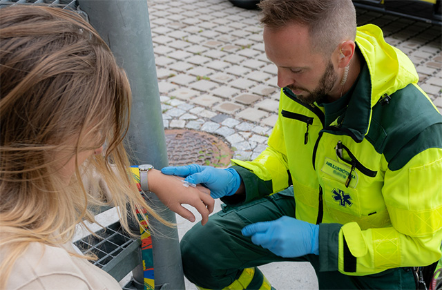 Paramedic-treating-a-patient-640x420