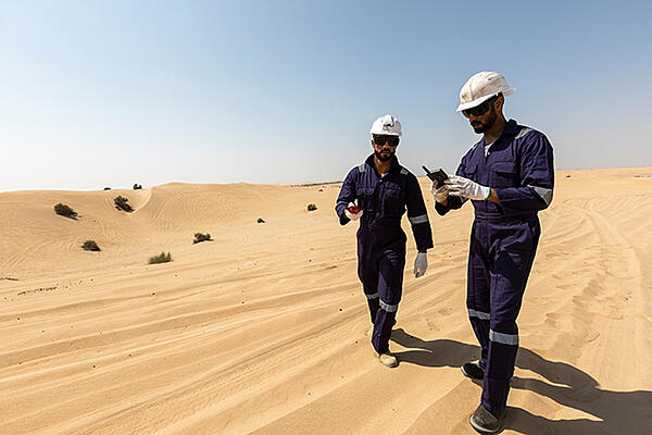 Two field workers use Tactilon Dabat in the desert