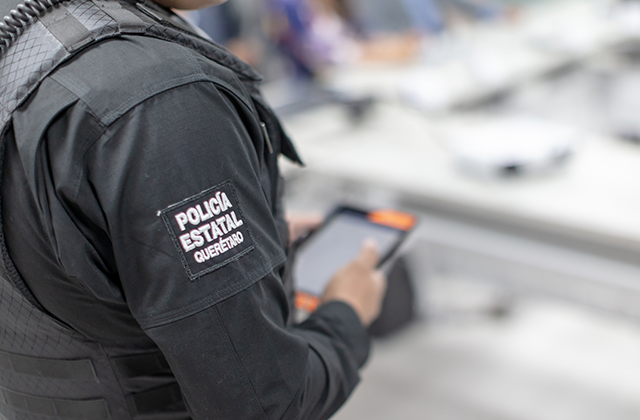 A police officer in Querétaro using a crime reporting app