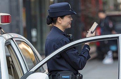 Guangshou police uses a smartphone