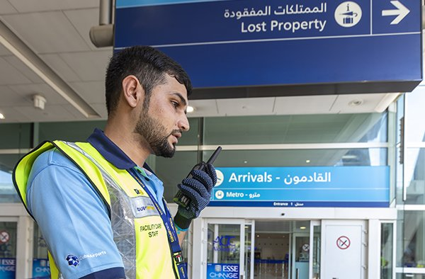 Dubai-airport-trolley-staff-with-TETRA-radio_600x394