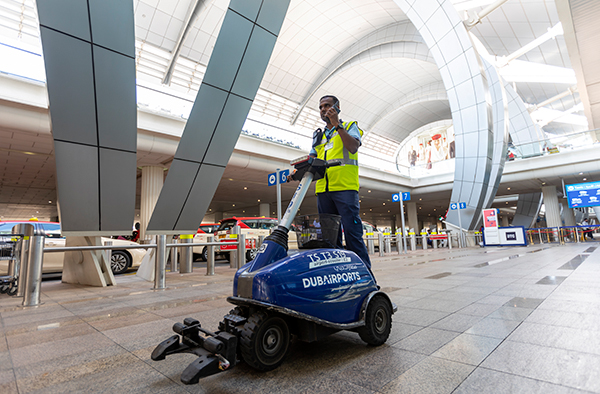 Dubai-airport-trolley-staff_600x394