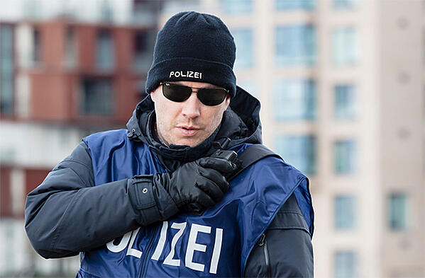 Police-carrying-a-hybrid-Tactilon-Dabat-device-640x420