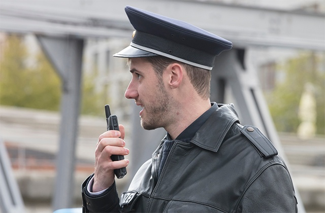 A police officer using the dual-mode Tactilon Dabat device.