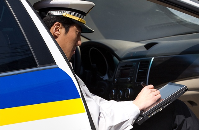 Police-using-tablet-in-car-640x420.jpg