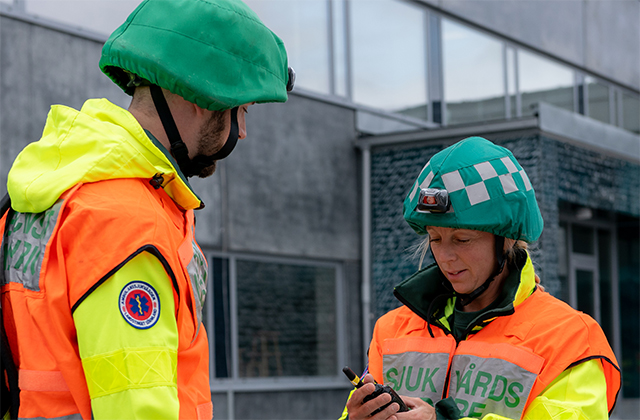 Swedish-paramedics-communicating-640x420