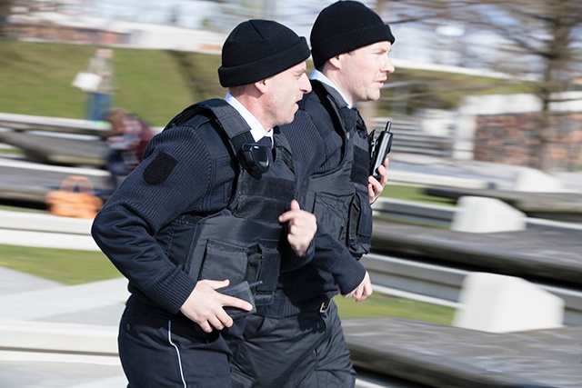 Two running security officers with Tactilon Dabat dual mode device