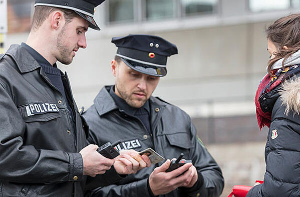 German police officers with Tactilon Dabat duty smartphone