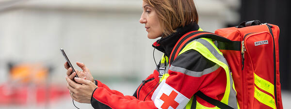 Medical-person-with-a-smartphone_1600x600