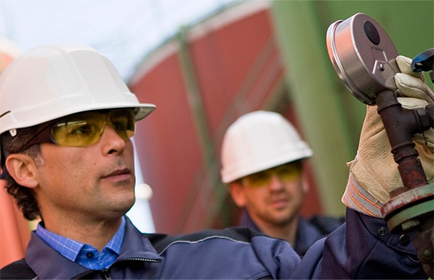 Oil-and-gas-worker-620x400.jpg