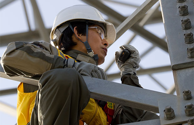 Worker-using-TETRA-radio_620x400.jpg